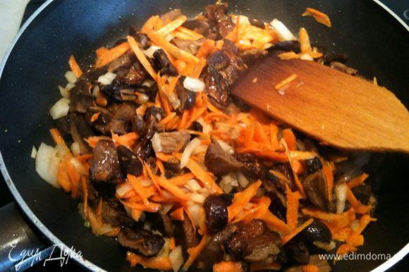 Морковь потереть на крупной терке, лук мелко нарезать. добавить обжариваться к грибам...