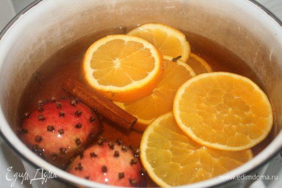 Как только сахар растворится, добавить: яблоки, апельсин, корицу, гвоздику, мускатный орех и перец. Мускатный орех и перец главное не переборщить, буквально по одной шепотке! Довести до кипения и варить ещё 15 мин. на среднем огне.