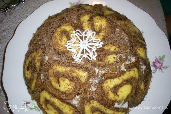 На следующее утро переворачиваем торт на блюдо и украшаем как душе угодно. Но рисунок торта получается настолько оригинальным, что прятать его мне не захотелось. Ограничилась айсинговой снежинкой и немного присыпала натертым шоколадом. Теперь можно угощать, поражать наповал и удивлять гостей! Приятного аппетита!