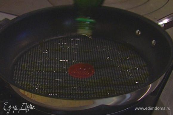 Разогреть в сковороде 1 ч. ложку оливкового масла.