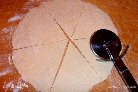 Делить удобно ножом для пиццы.Можно на 6 или 8 частей разрезать...