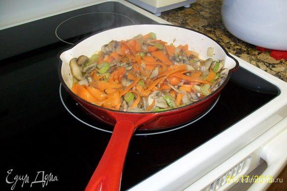 и через несколько минут добавила морковь и сельдерей.