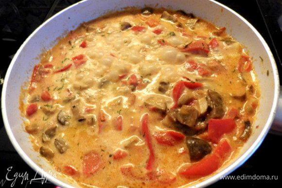 Добавить в овоще-грибную смесь сливки. Посолить, поперчить, добавить другие специи. Всё перемешать.Сковороду закрыть и тушить 5 минут.