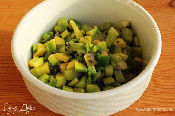 Перемешать киви и авокадо и заправить лимонным соком и белым ромом.