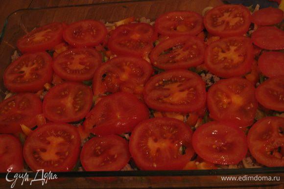 Нарезаем перчик и помидоры и выкладываем 3й и 4й слой соответственно.