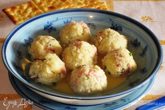 Подавать клёцки с бульоном или мясным рагу.Приятного аппетита:)