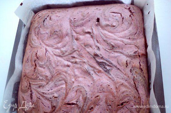 Выпекать в духовке при температуре 180 градусов 25-30 мин. После выпекания деревянная шпажка при проверке готовности брауни должна оставаться немного влажной и середина брауни должна подрагивать.