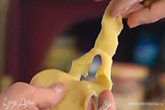 Раскатать тесто как можно тоньше, а затем с помощью ножа вырезать и свернуть фигурки разной формы (елочки, розы и т.д.).