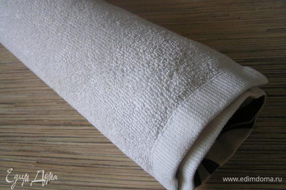 Перевернуть бисквит другой стороной (бумагой к полотенцу) на подготовленное полотенце и аккуратно свернуть в рулет. Оставить до полного остывания.