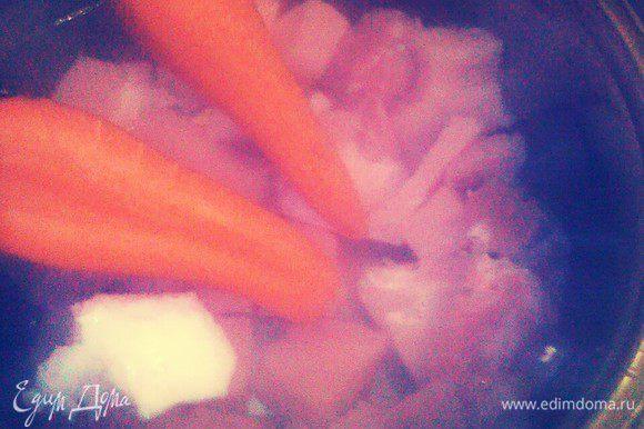 Мясо обмойте под проточной холодной водой. Порубить мясо кусками положите в кастрюлю и залейте холодной водой. Поставьте на сильный огонь. Туда же добавить целую морковь и головку лука.