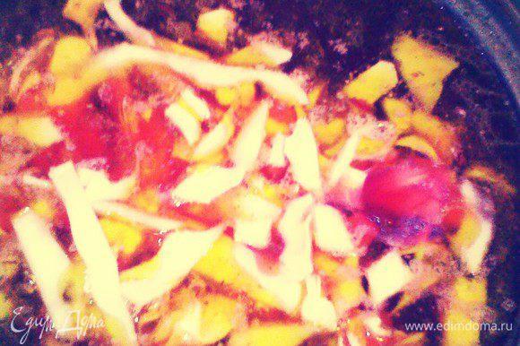 В кастрюлю добавьте зажарку и порезанное мясо. Нашинкуйте капусту. Добавьте в борщ. Закройте крышку и варите в течение 5-7 минут.