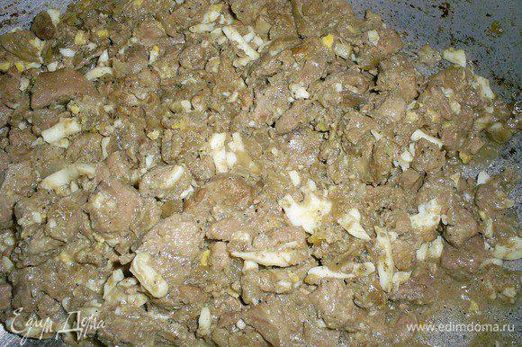 Сначала приготовим начинку. Обжариваем луковицу до прозрачности, добавляем мелко нарезанную печенку и тушим под закрытой крышкой до готовности последней. Затем тщательно перемешиваем с натертыми на крупной терке вареными яйцами, солим и перчим по вкусу.