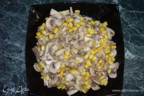 Лук очистить и нарезать. Шампиньоны нарезать. Лук обжарить в растительном масле, добавить шампиньоны, довести до готовности. В начинку добавить кукурузу, соль, перец, хорошо перемешать.