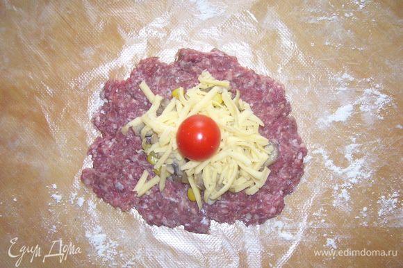 Начинку посыпать сыром и сверху погружаем черри.