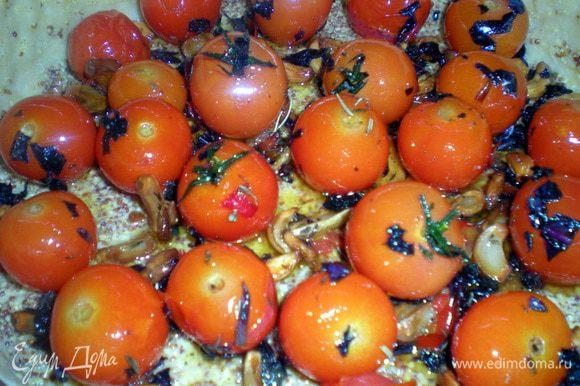 Выложить карамелизированный чеснок, помидоры и нарезанный базилик.