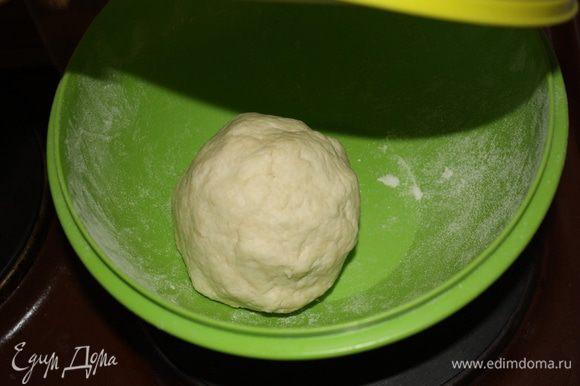 Тесто должно стать гладким и эластичным. Оставим его на 5-10 минут в теплом месте.