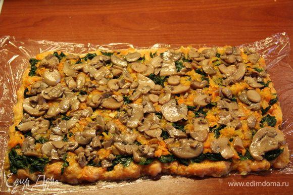Выложить на фарш шпинат, оставшуюся половину лука-моркови и грибы.