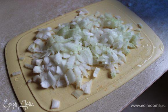 делаем начинку..режем мелко лук и обжариваем его.