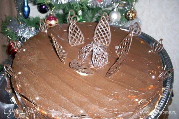 Украшаем по своему усмотрению. Я украсила шоколадными завитушками и лепестками. Приятного аппетита!!!