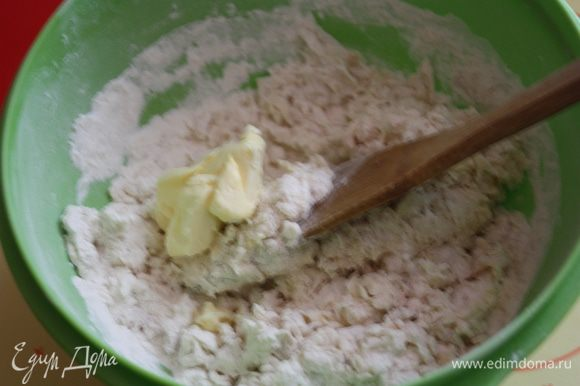 Выливаем молочную смесь в миску с мукой,перемешиваем. Добавляем мягкое сливочное масло и замешиваем тесто.
