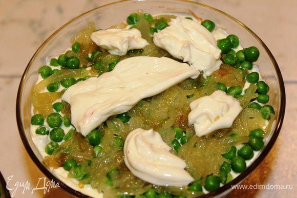 слой 4 - зеленый горошек, обжаренный лук и плавленный сыр