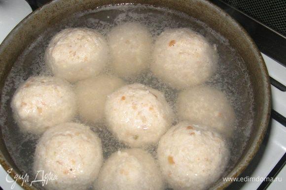 Теперь просто в большом количестве подсоленной воды отвариваем, сформированные в шарики, тефтели до готовности (минут 20) и формируем тарелку к подаче.