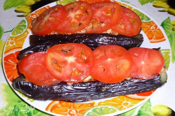 Сверху положить кружочки свежего помидора.Посыпать сухими травками.