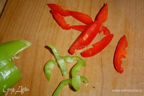 Чтобы салат был более ярким, я взяла по половинке красного и зеленого болгарского перца, очистила от семян и нарезала полосками.