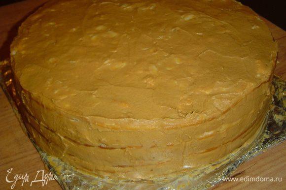 Взбиваем размягченное сливочное масло, к нему частями добавляем сгущенное молоко и взбиваем до образования пышной массы. Этим кремом смазываем верх и бока торта, а затем отправляем торт в холодильник на 5-6 часов.