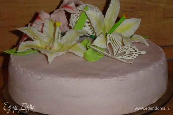 Я обтянула торт мастикой из маршмеллоу (собственного изготовления), шарами из айсинга и мастичными цветами.