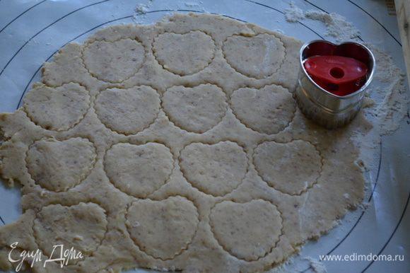 Разрежем формочками тесто, считаем кол-во, чтоб получилось равное для нижнего слоя и верхнего.