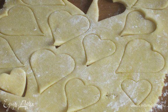 Раскатать тесто толщиной 0.3-0.6 см и вырезать формочками печенье.