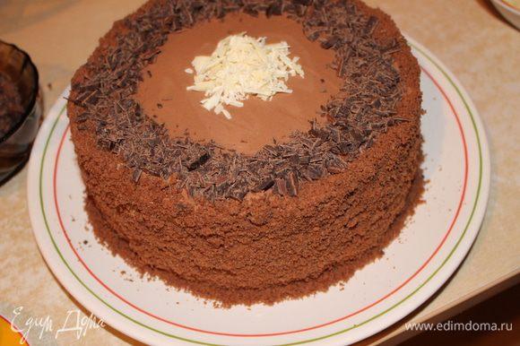 украшаем по желанию...я брала белый и темный шоколад. нарезала ножом стружку..ягоду поливала растопленым шоколадом. бока обсыпала крошкой с бисквита.
