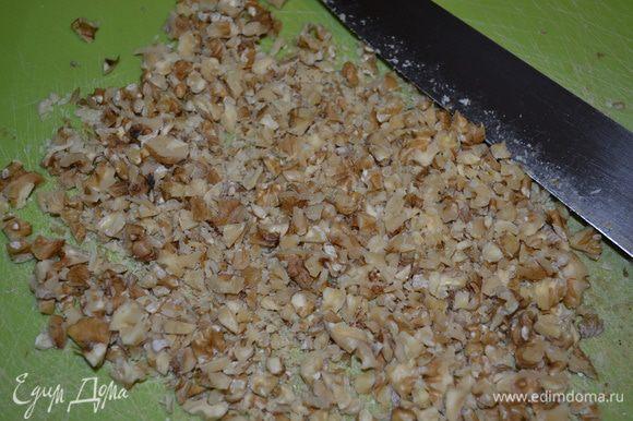 Рубим ножом орехи (но не измельчаем слишком сильно - они должны чувствоваться в пироге)