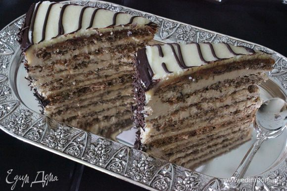 Черный шоколад перелить в конд. мешок и нарисовать на торте спираль, начиная от середины к краю.