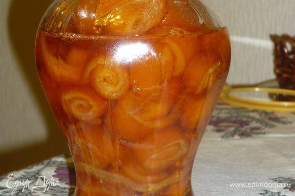 варенье фасуем по баночкам. а можно и просушить цукаты отдельно, а сироп..он просто похож на апельсиновый мед. божественно вкусно
