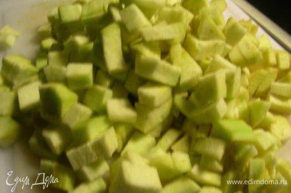 Пасту отварить до готовности. Баклажаны режем небольшими кубиками (если вдруг горькие, то присыпаем солью, оставляем на полчаса, затем выделившийся сок сливаем).