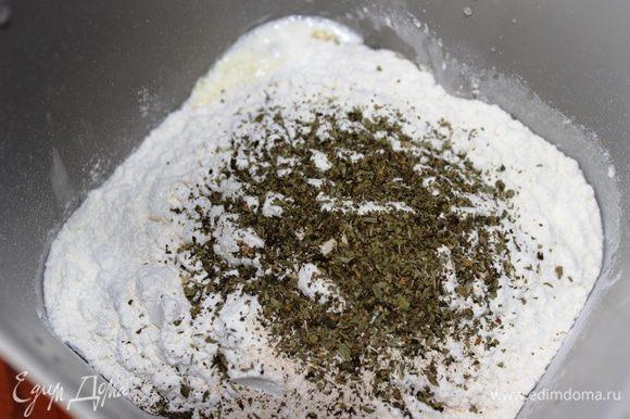 """В этот раз тесто приготовила в хлебопечке...потребовалось 1 час 40 минут. Все очень просто: вложить в чашу все ингредиенты, выбрать программу """"Тесто"""" и нажать """"Старт"""". Хлебопечка все делает сама))) Для тех, у кого ее нет, могу сказать, что тесто приготовить очень легко: в теплую воду добавить молоко, сахар, дрожжи и мяту...дать постоять минут 15, потом добавить все остальные ингредиенты и замесить тесто, которое необходимо подержать в теплом месте 1 час, затем подмесить, выпустить все газы и оставить еще на 15 минут"""