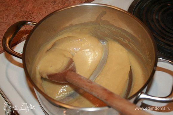 Вскипятить 1/2 стк. молока. Когда молоко начнёт закипать, уменьшить температуру до минимума и влить желтковую смесь тонкой струйкой, постоянно помешивая крем. Когда крем загустеет, снять его с плиты и остудить.