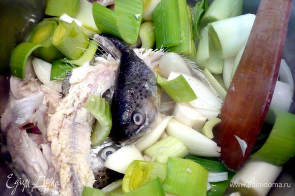 Через пару минут добавляем овощи и перемешиваем. Готовим еще 3 минуты.