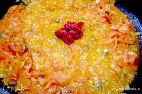 В сковороде, где обжаривалась рыба, пассеруем мелко порезанную морковь, лук-порей, порубленный чеснок, добавляем томатную пасту, мякоть помидоров и каперсы. Добавляем овощи в суп.