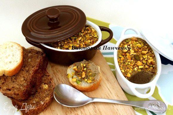 Разложить паштет по формам, сверху посыпать фисташками и хорошо охладить. Подавать с хлебом, чипсами или крекером. Приятного аппетита!!!