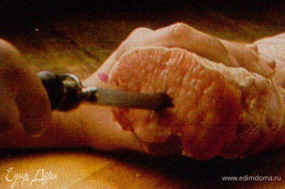 Острым длинным ножом сделать крестообразный прокол-разрез в середине филе по всей длине.