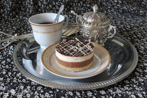 Растопить на паровой бане белый шоколад, переложить в конд.мешок и выдавить на глазурь паутинку из белого шоколада.