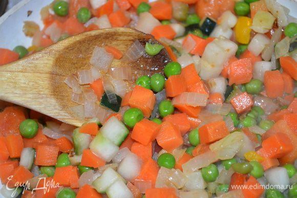 Размороженные овощи добавить к луку и обжарить все вместе примерно 10 минут. Посолить, поперчить, добавить щепотку мускатного ореха.