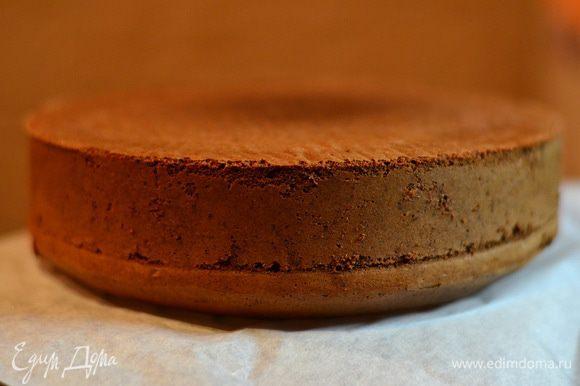 Когда бисквит остыл,снова перевернуть, аккуратно ножиком пройтись по краям и извлечь из формы.