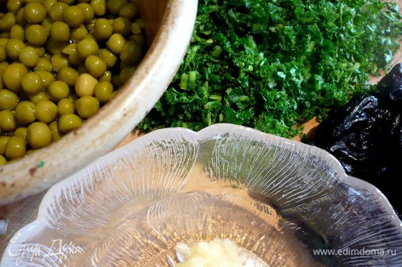Достаем форму, выкладываем сверху чернослив, горошек, распределяем натертый на мелкой терке чеснок, рубленую зелень и выливаем сметану. Снова закрываем фольгой и ставим в выключенную духовку еще минут на 10.