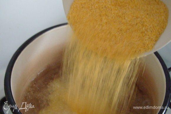 Влить в сотейник или кастрюлю с толстыми стенками воду, после закипания воды добавить кукурузную крупу.