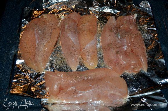 Куриные грудки, у меня кусочки курин. грудок посолим, поперчим по вкусу и смажем приготовленной смесью. Поставим в духовку на 20-25 мин.
