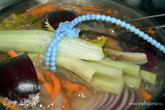 Когда пена перестанет образовываться, добавить к мясу морковь, лук, букет гарни, перец три горошка и соль. Накрыть крышкой и варить час на слабом огне.